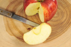 Apple frais sur un panneau de découpage Photo stock