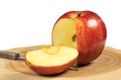 Apple fresco em uma placa de estaca fotografia de stock