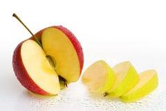 Apple fresco fruttifica con le fette e le gocce dell'acqua. Fotografie Stock