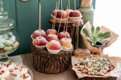 Apple fromage et écrous sur le cadre en bois Photo libre de droits