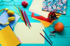 Apple, fruit orange Concept d'école d'éducation de Tennager Espace de travail sur le fond en bois bleu Vue supérieure Voir les me Images stock