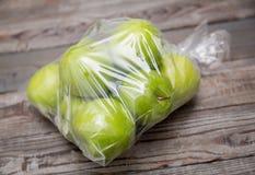 Apple-fruit in plastic zak royalty-vrije stock foto's