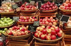 Apple fruits in a supermarket Royalty Free Stock Photos