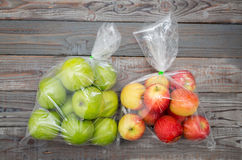 Apple frukt i plastpåse arkivbild