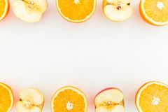 Apple frukt och apelsincitrus på vit bakgrund Lekmanna- lägenhet Matram med frukter royaltyfria foton