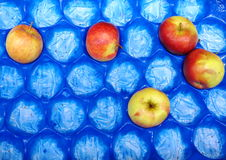 Apple frutifica na caixa azul para a venda, mercado Foto de Stock Royalty Free