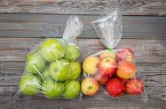 Apple frutifica no saco de plástico Fotografia de Stock