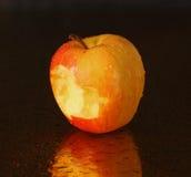Apple gebissen über einem dunklen Hintergrund Stockfoto