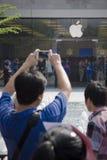 Apple-Gebläse unter Verwendung des iphone, zum von picutre zu nehmen Lizenzfreie Stockbilder