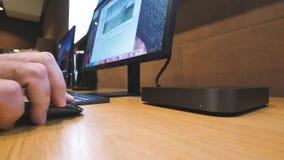 Apple Geek som arbetar på den mini- datoren för Apple Mac stock video