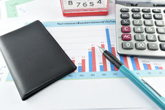 Apple, geld, klok, telefoon en calculator op document wordt geplaatst dat Stock Foto's