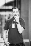 Apple-GenieVerkaufsleiter, der über Funksprechgerät spricht Stockbild
