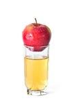 Apple in glas sap stock foto's