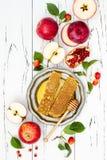 Apple, granada y miel, comida tradicional del Año Nuevo judío - Rosh Hashana Copie el fondo del espacio Imagen de archivo