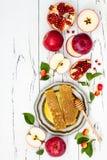 Apple, granada y miel, comida tradicional del Año Nuevo judío - Rosh Hashana Copie el fondo del espacio Fotos de archivo