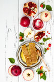 Apple, granada y miel, comida tradicional del Año Nuevo judío - Rosh Hashana Copie el fondo del espacio Imagenes de archivo