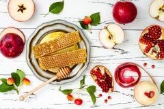 Apple, granada y miel, comida tradicional del Año Nuevo judío - Rosh Hashana Copie el fondo del espacio Foto de archivo libre de regalías