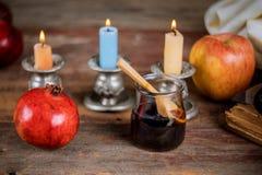 Apple, Granatapfel und Honig jüdischen torah neues Jahr Rosh Hashana Buches, kippah yamolka talit lizenzfreies stockfoto