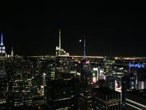 Apple grande na noite NYC imagem de stock royalty free