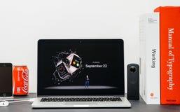 Apple grundtanke med den Apple klockan och Tim Cook Arkivfoto