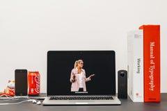 Apple grundtanke med Apple detaljhandelchefen Angela Ahrendts för en reta Arkivbild