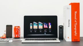 Apple grundtanke med introduktion av iPhonen X 10 och av iphone 8 plus Arkivfoton