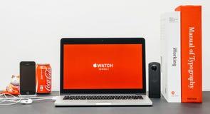 Apple grundtanke med KUTTRANDET Jeff Williams och klockaserie 3 Arkivfoto