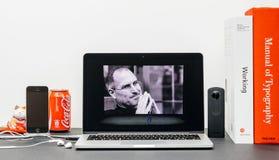 Apple grundtanke med Steve Jobs i minne av Tim Cook, Royaltyfria Foton