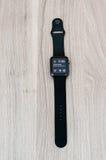 Apple guarda lo sport sulla tavola con lo schermo dell'orologio Fotografia Stock Libera da Diritti