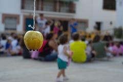 Apple hängande vänta som ska bitas royaltyfria foton