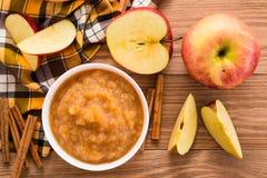 Apple hace puré, las manzanas y canela en una tabla de madera Fotografía de archivo