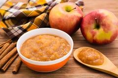 Apple hace puré, las manzanas y canela en una tabla de madera Fotografía de archivo libre de regalías