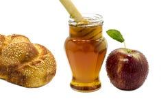 Apple, halllah y miel aislados en blanco Fotos de archivo libres de regalías