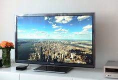 Apple-het apparaat van TV naast 4k Plasma Panasonic royalty-vrije stock afbeeldingen