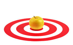 Apple in het centrum van rood doel Royalty-vrije Stock Foto