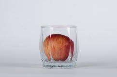 Apple in het glas royalty-vrije stock afbeelding