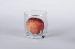 Apple in het glas royalty-vrije stock foto's