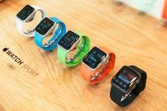 Apple-het Horloge begint wereldwijd te verkopen Stock Foto's