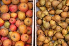 Apple-het kratdoos van de perenmarkt royalty-vrije stock foto's