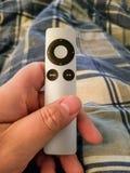 Apple-het verre gehouden in hand close-up van TV stock foto's