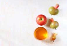 Apple, honung- och granatäpplesymboler av roshhashanah semestrar Royaltyfria Bilder