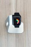 Apple-horloge in tribune die middelmatige dagelijks tonen Stock Foto's