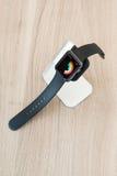 Apple-horloge in tribune die middelmatige dagelijks tonen Royalty-vrije Stock Foto