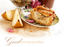 Apple i bonkrety kulebiak na zielonym talerzu Obrazy Stock