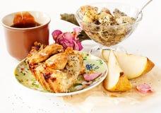 Apple i bonkrety kulebiak z filiżanką herbata i dżem Obraz Royalty Free
