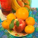 Apple i cytrus owoc na talerzu, glassful i kartonie sok, zdjęcie stock
