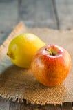 Apple i cytryna na szorstkim tekstura stole zdjęcie stock