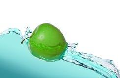 Apple i fruktsaftström arkivfoto