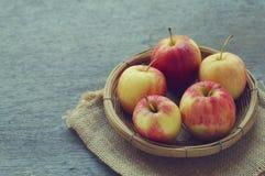 Apple i korg Fotografering för Bildbyråer
