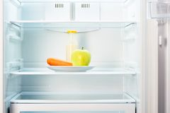 Apple i marchewka z butelką jogurt w chłodziarce fotografia stock